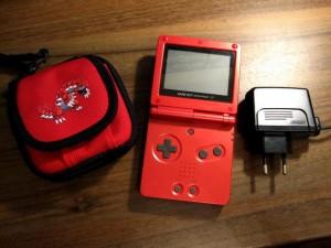 Game Boy Advance SP in Rot mit Zubehör und Pokemon Tasche